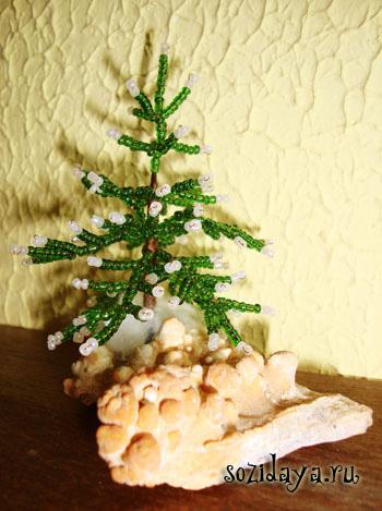 Сегодня мы с вами будем делать лесную красавицу - елочку из бисера.